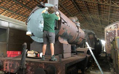 Locomotiva a vapor do Museu Nacional Ferroviário em instalação artística em Oeiras