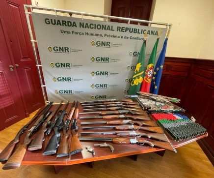 GNR apreende arsenal de armas a suspeito de violência doméstica